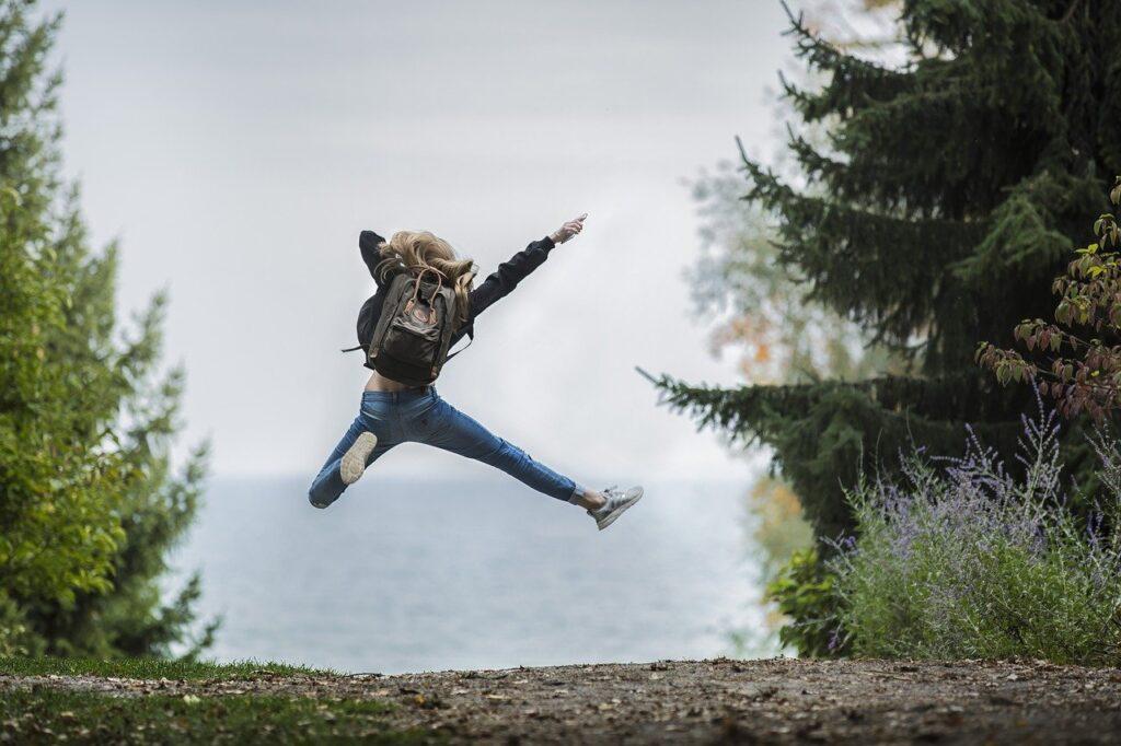 Hoppende kvinde